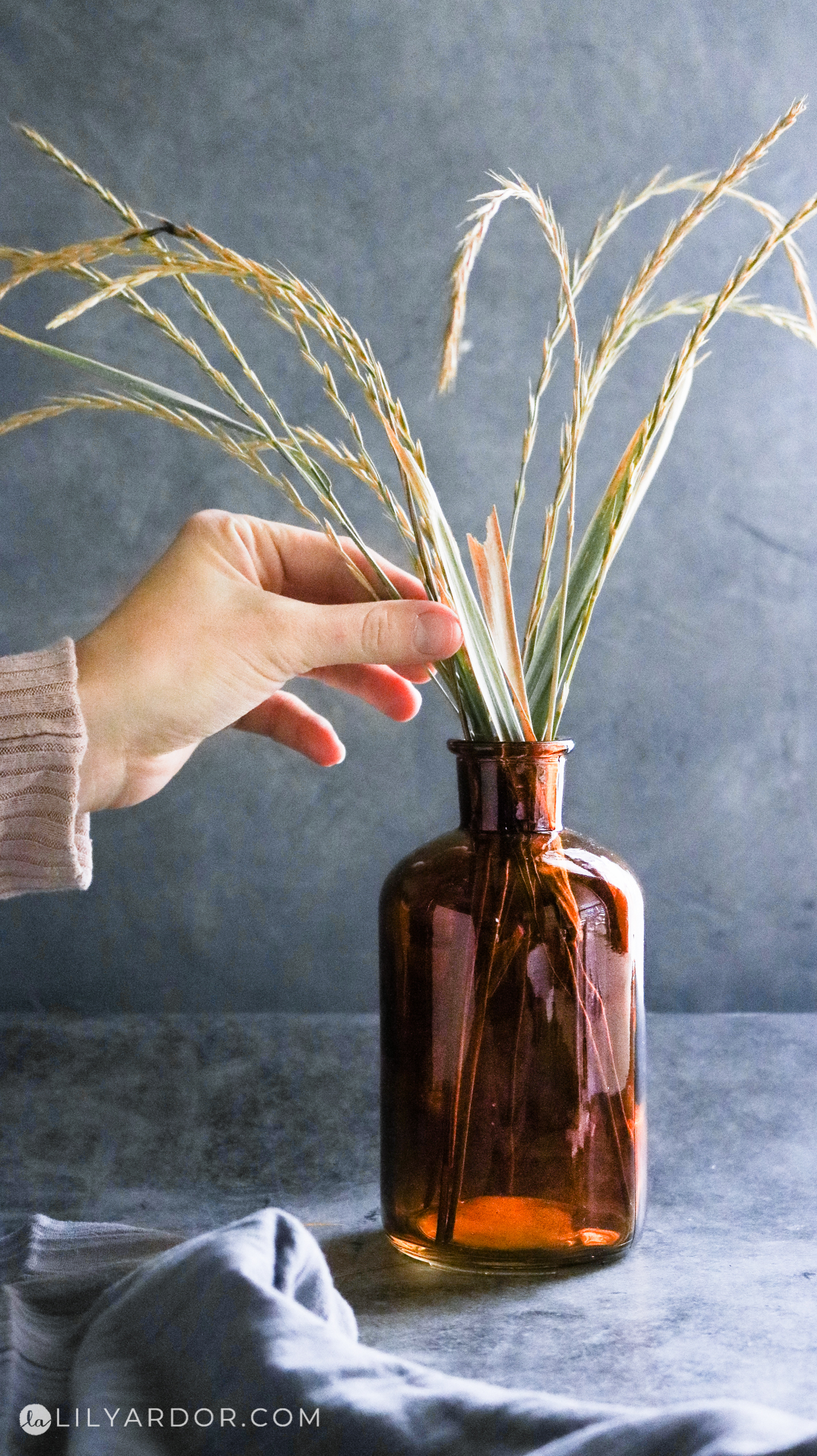 photo of the amber brown glass vase and wheat