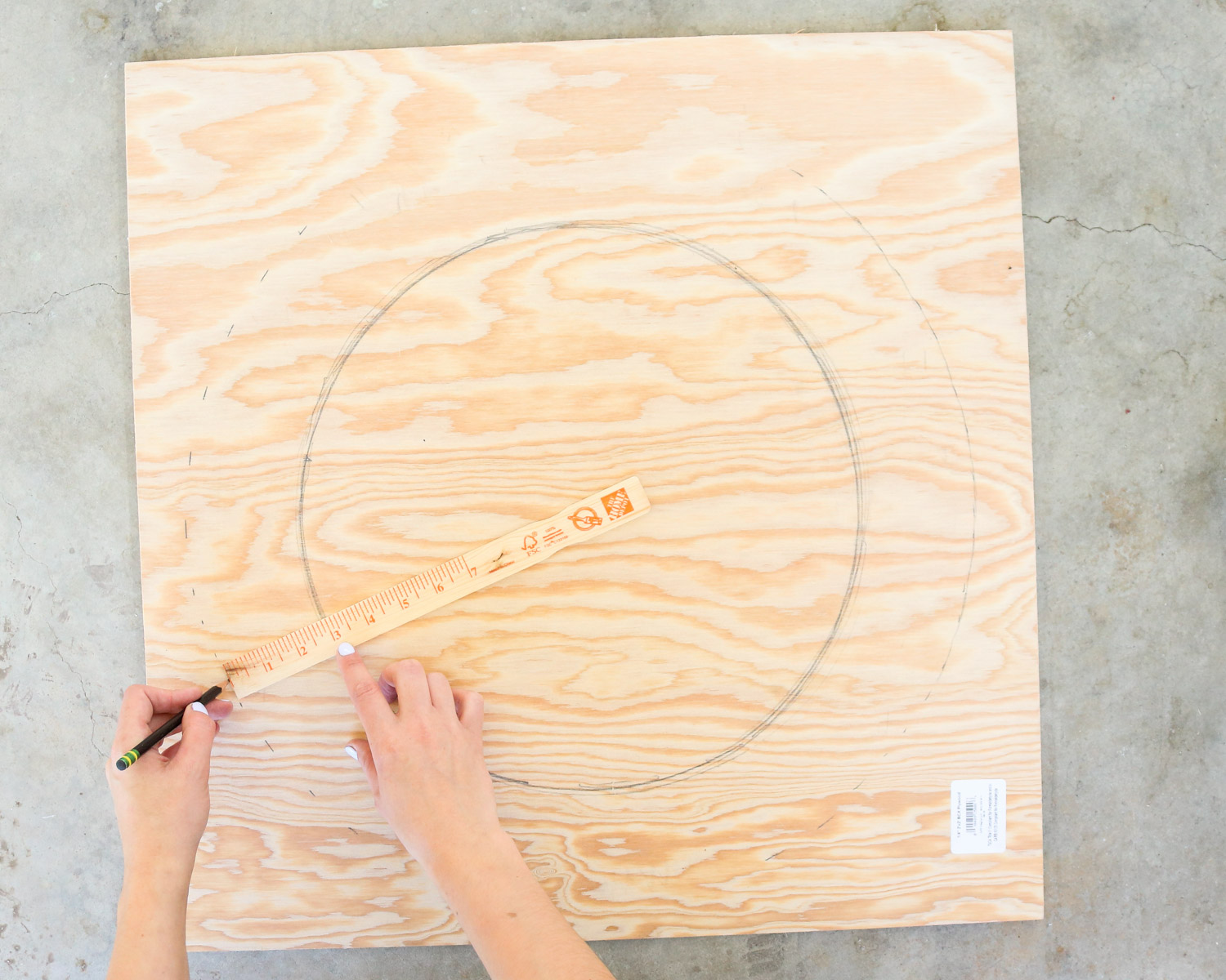 marking the circle on plywood for the christmas tire